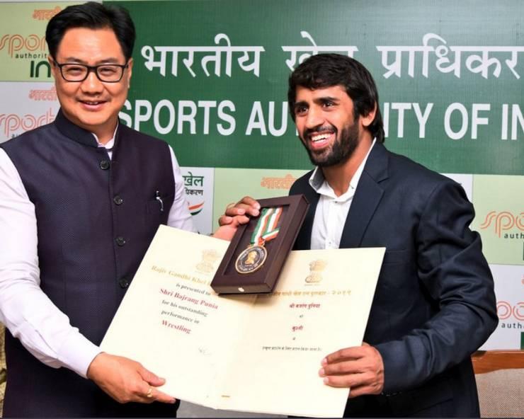 केंद्रीय खेल मंत्री किरेन रिजिजू  ने बजरंग पुनिया को दिया खेल रत्न अवार्ड