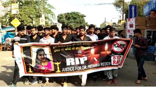 लोगों ने निकाली रैली