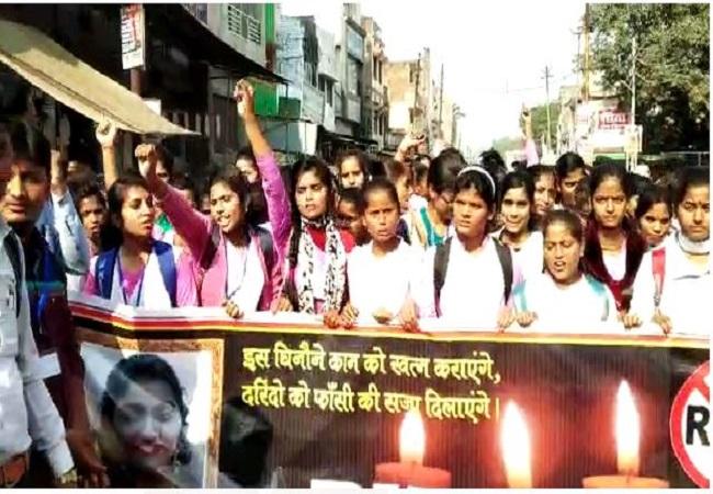 स्कूल के छात्र -छात्राओं ने निकाला आक्रोश मार्च