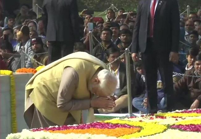 नरेंद्र मोदी राष्ट्रपिता महात्मा गांधी को श्रद्धांजलि अर्पित करते हुए