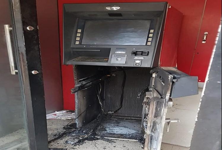 एटीम उखाड़ फेका चोरो ने (फाइल फोटो)