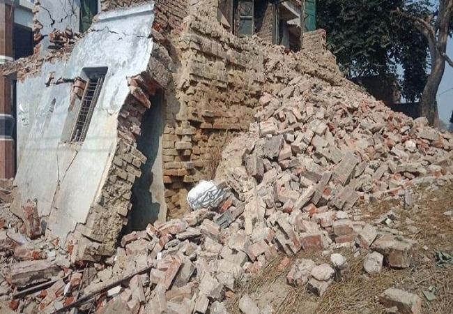 इमारात की छत की रेलिंग के नीचे दबकर हुई महिला की मौत (फाइल फोटो)