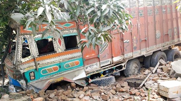 सहायता केंद्र में घुसा ट्रक