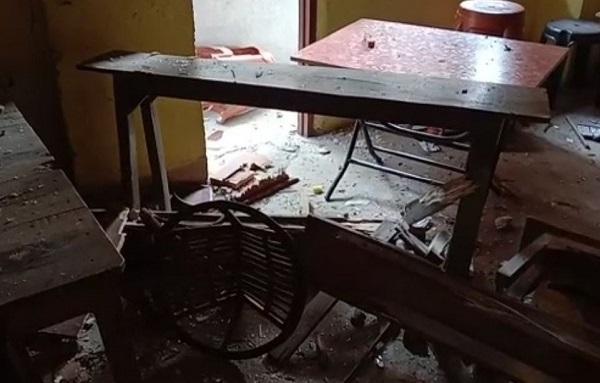 बम धमाके में ध्वस्त घर