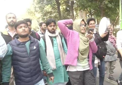 पुलिस ने छात्रों को किया गिरफ्तार