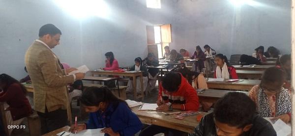 परीक्षा केंद्र के अंदर निरीक्षण करते डीएम उज्वल कुमार