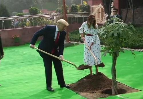 राजघाट पर वृक्षारोपण करते डोनाल्ड ट्रंप और मेलानिया ट्रंप