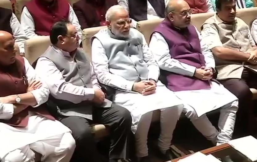 प्रधानमंत्री नरेंद्र मोदी संसद के पुस्तकालय भवन में आयोजित पार्टी संसदीय दल की बैठक  में