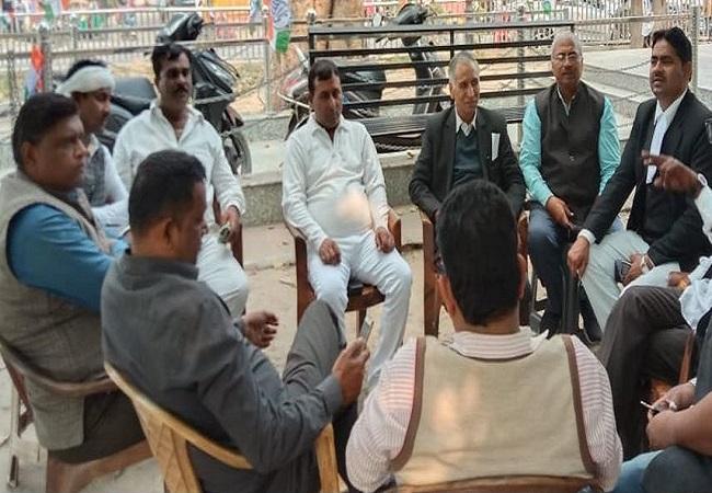 नागरिकों के साथ बैठक करते समाजवादी पार्टी के कुछ दल