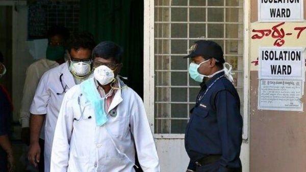 कोरोना वायरस की जांच करते डॉक्टर (फाइल फोटो)