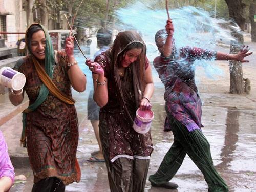 होली खेलती महिलाएं (फाइल फोटो)