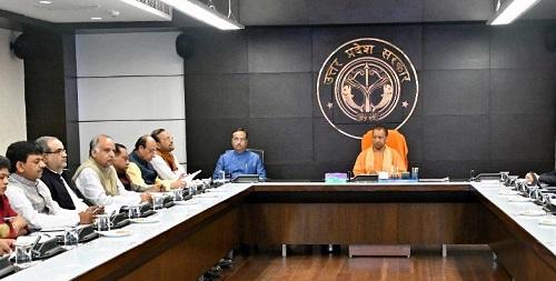 मुख्यमंत्री योगी आदित्यनाथ ने लोक भवन में कोरोना वायरस के नियंत्रण के संबंध में की समीक्षा बैठक