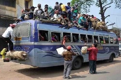 लॉकडाउन के दौरान बसों पर हंगामा करते लोग