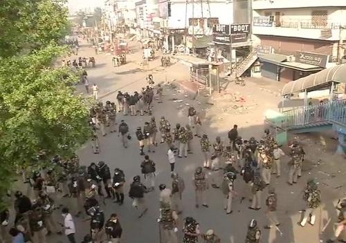 शाहीन बाग खाली करवाती हुई दिल्ली पुलिस
