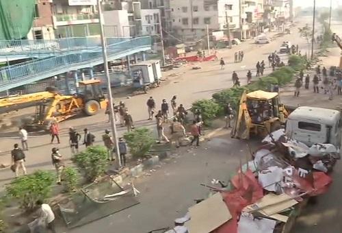 धरना प्रदर्शकारियों के टेंट उखाड़ती हुई दिल्ली पुलिस