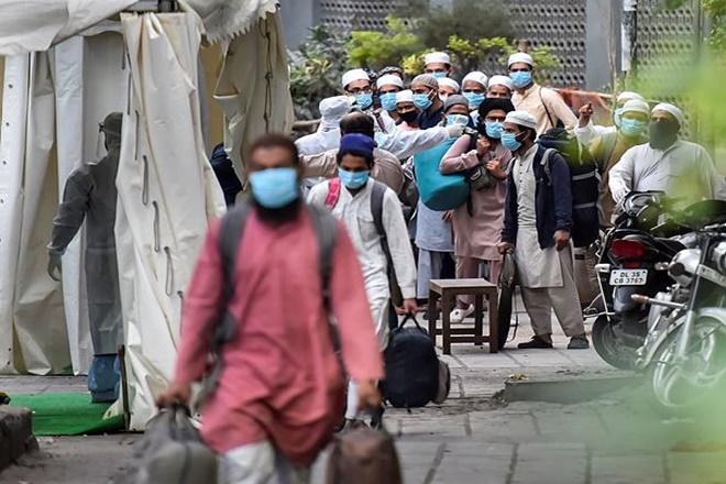 नई दिल्ली स्थित निजामुदीन मरकज से बाहर निकलते लोग