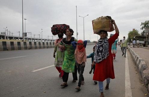 लॉकडाउन में फंसे लोग (फाइल फोटो)