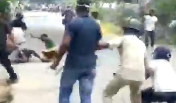 स्थानीय लोगों और पुलिस के बीच झड़प