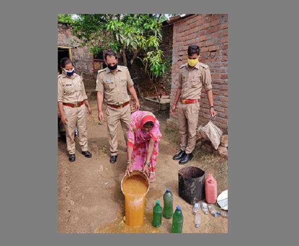 पुलिस ने दर्जनों लीटर कच्ची शराब की बरामद