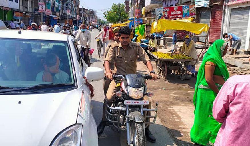 बिना मास्क के बाइक पर दो पुलिसकर्मी