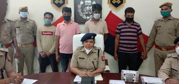 पुलिस टीम के साथ मौजूद आरोपी