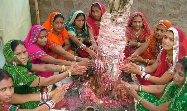 वट सावित्री व्रत करती हुई महिलाएं (फाइल फोटो)