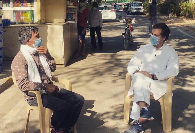 टैक्सी ड्राइवर से बातचीत करते राहुल गांधी