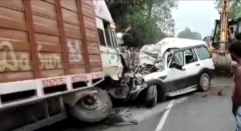 ट्रक-कार की आमने-सामने हुई टक्कर