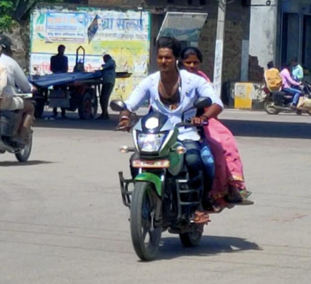 बिना मास्क के सड़कों पर दौड़ रही जनता