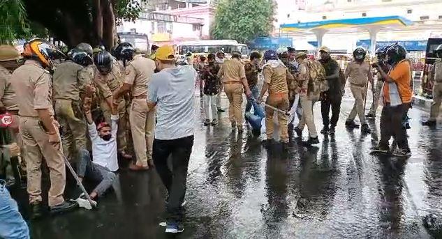 छात्रों को सड़क पर घसीटती पुलिस