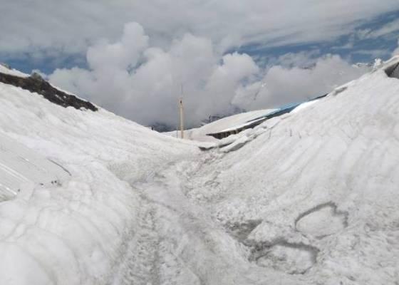 पांच फीट की बर्फ जमी है पूरे क्षेत्र में