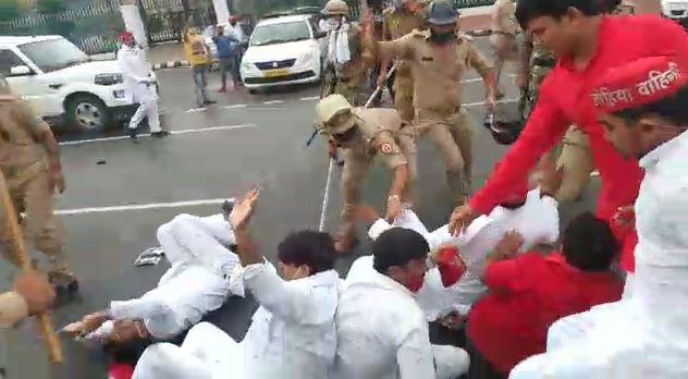 विधानसभा के सामने सपा कार्यकर्ताओं पर लाठी बरसाती पुलिस