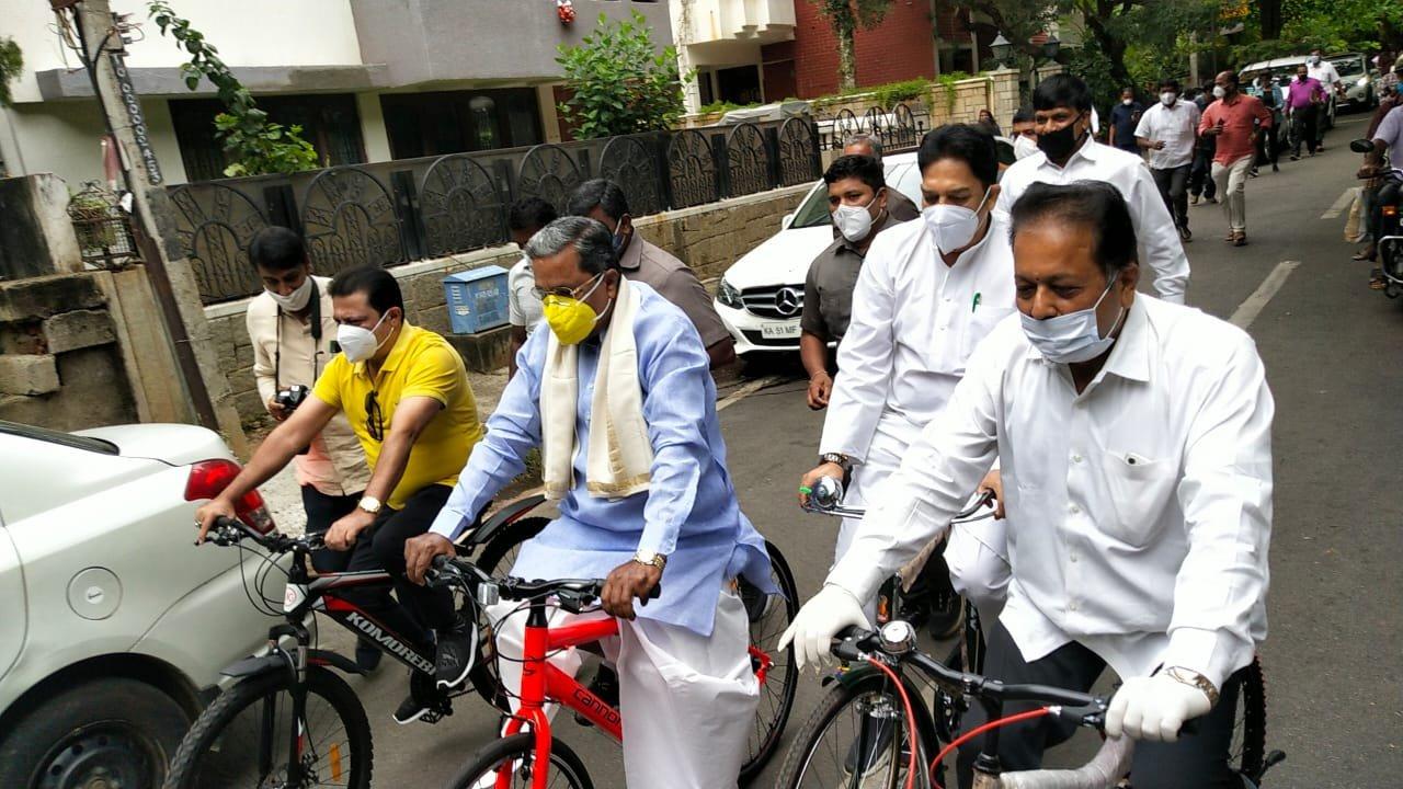 बैंगलौर में पूर्व सीएम सिद्धैरमय्या और अन्य नेताओं ने निकाली साइकिल रैली
