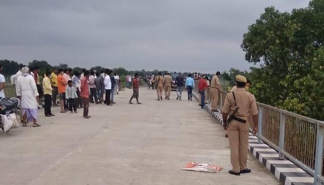 शव तलाशने के लिये मौके पर मौजूद पुलिस-गोताखोर व अन्य