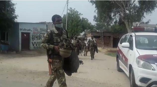विकास दुबे के विकरु गांव में पुलिस का पहरा