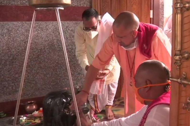 भगवान शिव का रुद्राभिषेक करते सीएम योगी