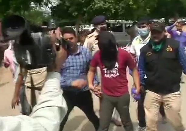पुलिस ने विकास से जुड़े तीन आरोपियों को किया गिरफ्तार