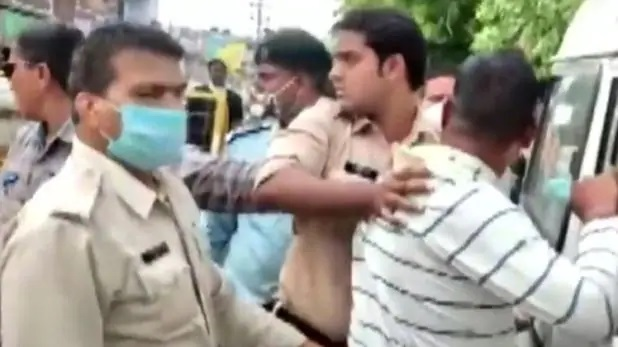 पुलिस गिरफ्त में विकास दुबे