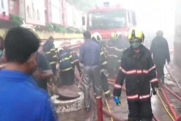 आग बुझाते दमकल कर्मी