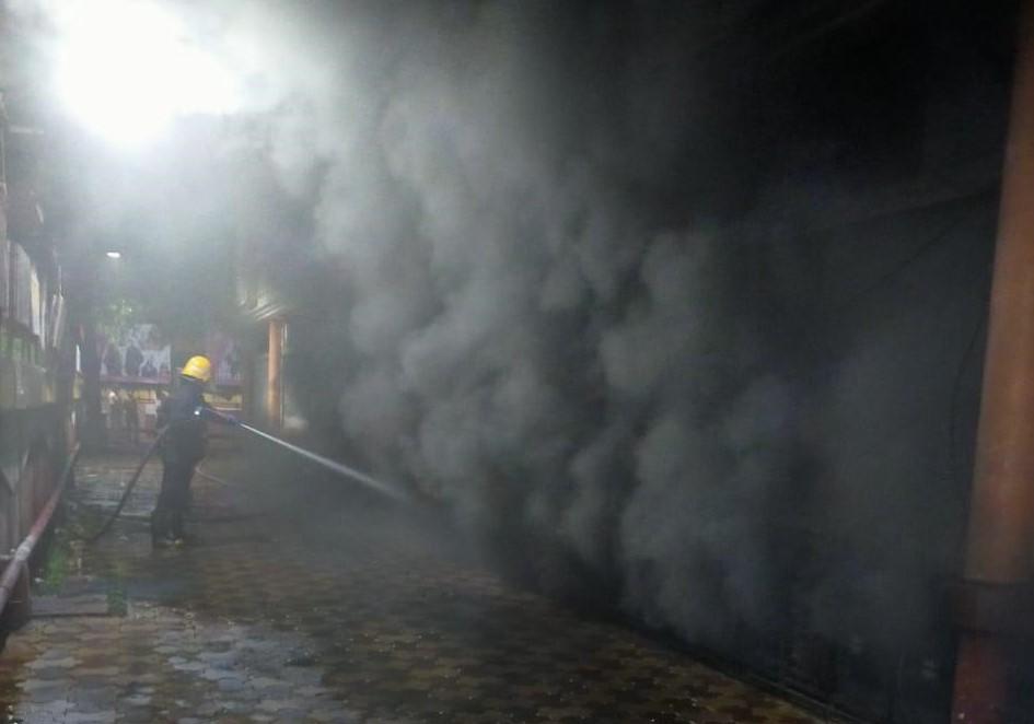 आग को काबू करने में जुटा फायर ब्रिगेड कर्मी