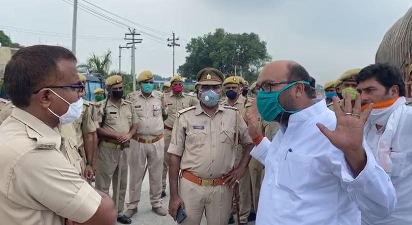 गिरफ्तारी के वक्त पुलिस और अजय लल्लू में नोंक झोंक
