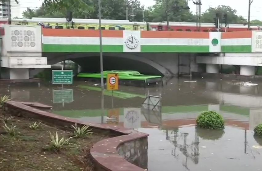 बारिश में डूबी मिंटो ब्रिज रोड