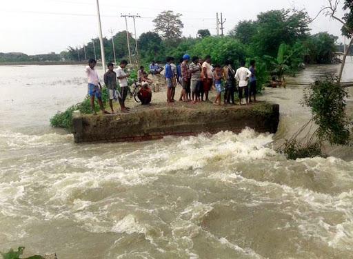 बाढ़ से जहां-तहां फंसे लोग (फाइल फोटो)