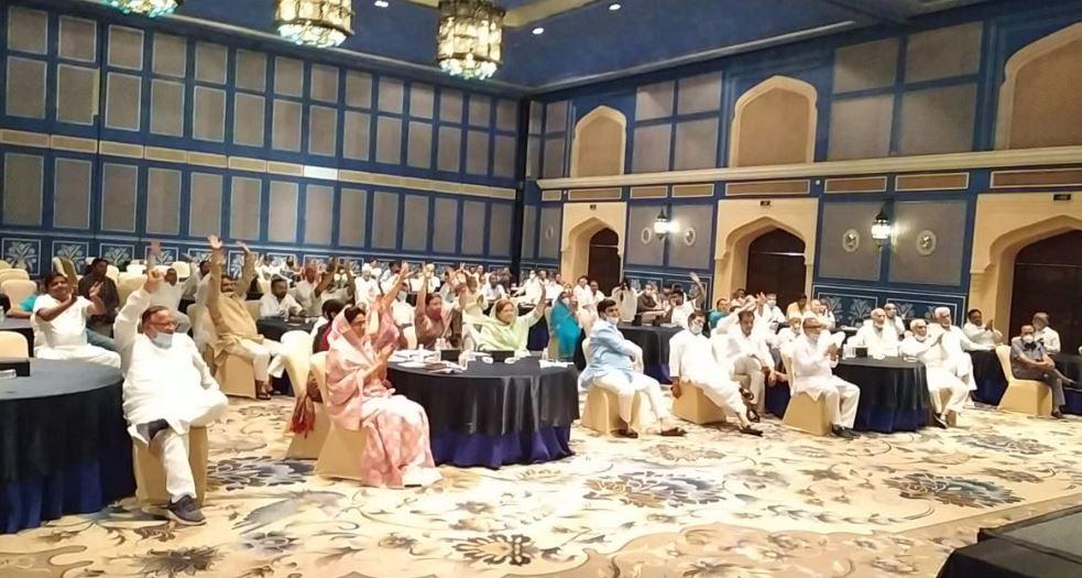 जयपुर में आयोजित बैठक में सीएम गहलोत को सुनते कांग्रेसी विधायक