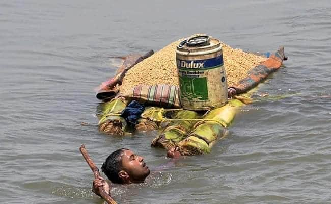 बाढ़ से घिरा जीवन और सिर तक पहुंचा संकट