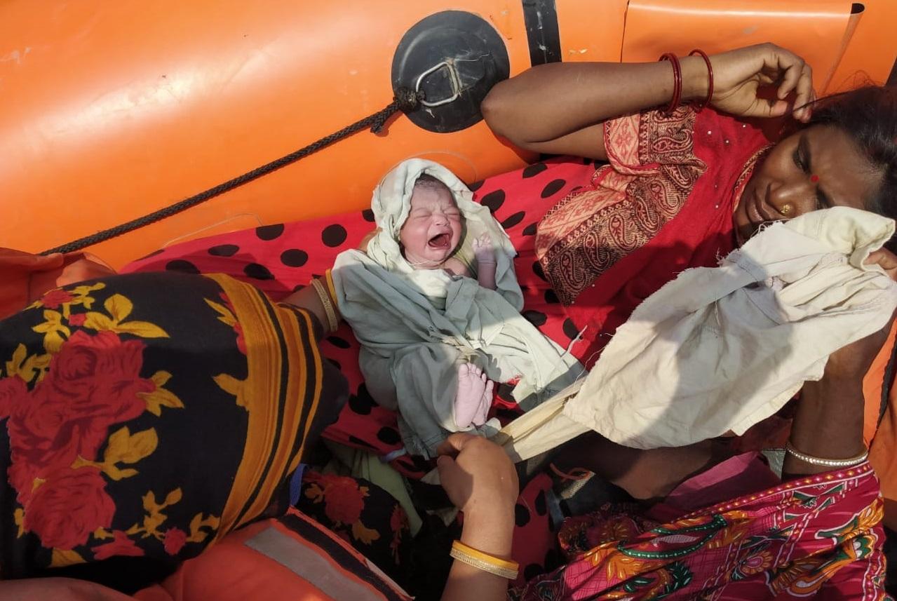 NDRF की बोट में नवजात बच्ची और मां