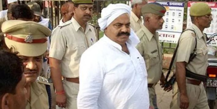 पुलिस के शिकंजे में अतीक अहमद (फाइल फोटो)
