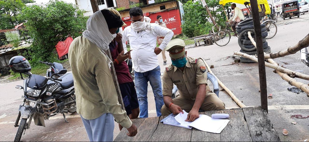 लोगों के चालान के लिये बैठी पुलिस
