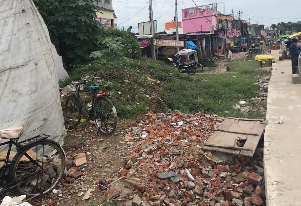 महराजगंज में आधी-अधूरी निर्मित सड़क
