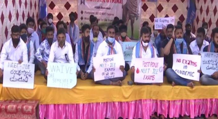 कर्नाटक में रेस कोर्स रोड पर धरना देते एनएसयूआई के कार्यकर्ता